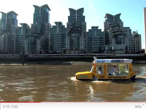 un camion de glace amphibie navigue sur la tamise l 39 occasion de la semaine de la cr me glac e. Black Bedroom Furniture Sets. Home Design Ideas