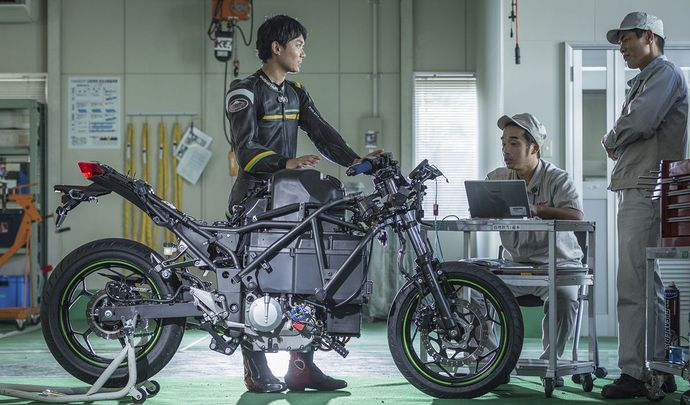 Kawasaki fonce sur la moto hybride
