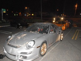Un camion de transport se crashe avec plusieurs voitures de sport
