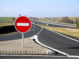 Il circule à contresens... pour inciter les autres à rouler moins vite !