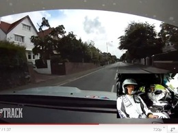 Ile de Man TT : Mark Higgins ne passe pas loin du pire dans sa STI. A 240 km/h. En ville.