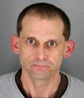 En possession de drogue, il appelle par inadvertance la police