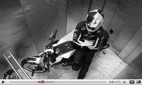 Vidéo moto : Chris Pfeiffer stunt sur la tour BMW