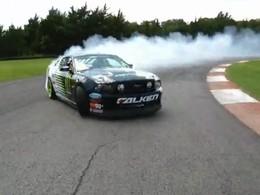 Caméra embarquée dans la Mustang de drift de Vaughn Gittin. Du son, de la fumée, et de l'angle