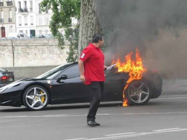 Une Ferrari 458 Italia prend feu à Paris