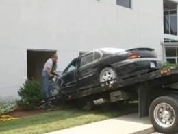 Une femme se crashe dans un immeuble et parcourt 30 mètres à l'intérieur