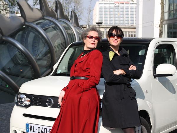Nos drôles de dames testent le Nissan Cube