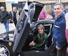Un policier passe ses nerfs sur la Ferrari Enzo de Jamiroquai !