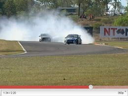 V8 Supercars : Shane Van Gisbergen fête sa victoire en travers et en fumée
