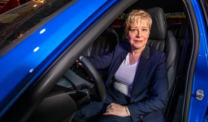 Interview de Linda Jackson (Directrice Générale Peugeot) : « en 2025, 100% de nos modèles seront électrifiés » - Salon Caradisiac 2021