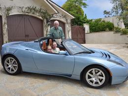 La belle histoire d'un propriétaire de Tesla Roadster de 98 ans, qui prête sa voiture à sa petite fille de 16 ans