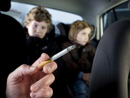 Angleterre : la cigarette bientôt interdite en voiture en présence d'enfants ?