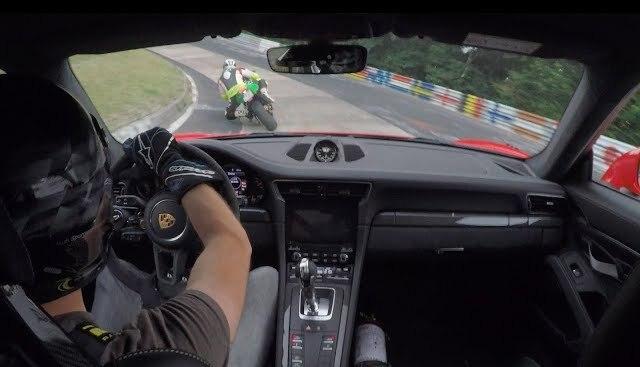 Quand une Porsche 911 GT3 RS rencontre une Kawasaki ZX-10R au Nürburgring