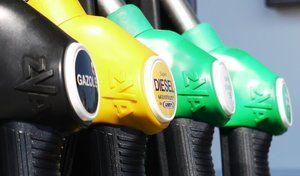 Les prix du pétrole chutent, ceux des carburants suivent