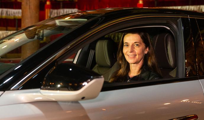 """Interview de Béatrice Foucher (directrice générale de DS Automobiles): """"Avant 2030 le marché européen sera 100% électrique"""". Salon Caradisiac 2021"""