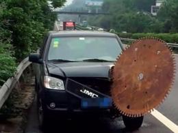 Insolite: une scie circulaire géante attaque une voiture