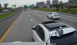 Optimiste,il tente d'arrêter un semi-remorque avec son SUV