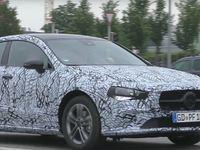 La future Mercedes CLA montre son regard