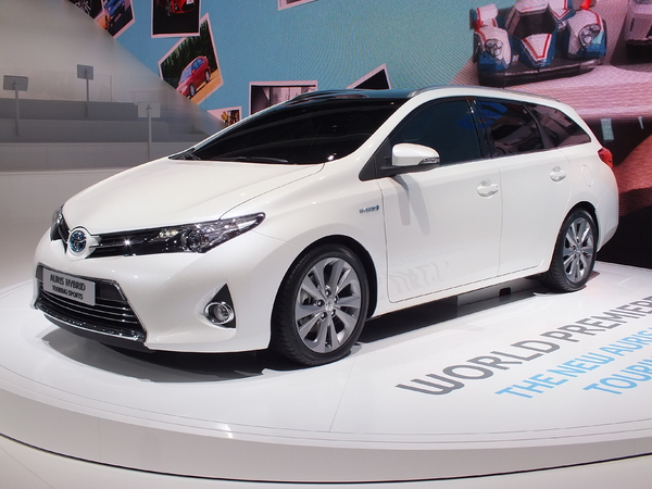Vidéo en direct du Salon de Paris 2012 : Toyota Auris Touring Sports, premier break compact full-hybride du marché