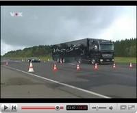 La vidéo du jour : McLaren Mercedes SLR versus Mercedes Actros Black Edition