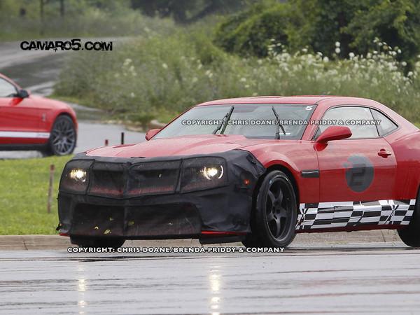 Spyshot : la Chevrolet Camaro Z28 s'étalonne face à la Shelby GT500