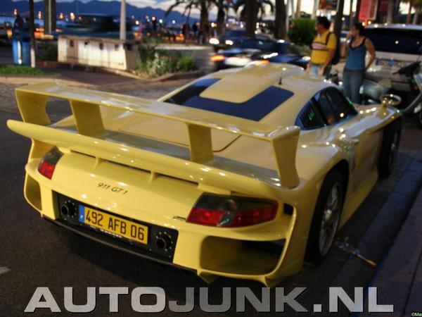 Impressionnant : une Porsche 911 GT1 dans les rues de Cannes