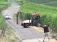 Insolite : il tente de faire traverser son tracteur lorsqu'une voiture de WRC arrive