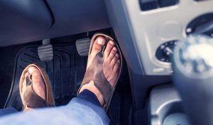 Conduireen tongs ou même pieds nus, est-ce en théorie interdit?