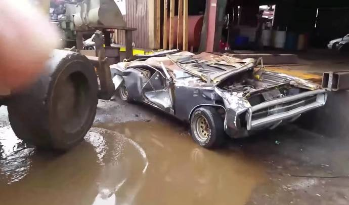 Lassé des propositions indécentes, il fait détruire sa Dodge Charger de collection