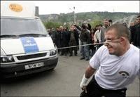Record du monde : Il tire deux minibus avec ses oreilles