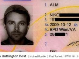Il obtient le droit de poser pour sa photo de permis avec une passoire sur la tête