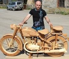 Insolite: une moto russe qui envoie du bois