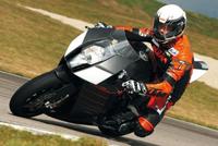 Loeb s'essaie à la moto, sur une KTM...