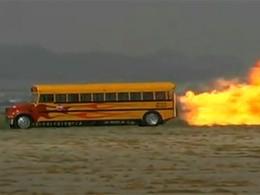 [Vidéo] Le bus scolaire fusée : ils ne seront pas en retard, juste un peu grillés