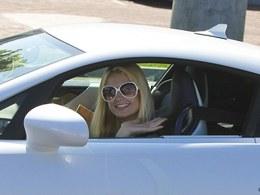 Combien de Lexus LFA possède Paris Hilton ? Une pour chaque couleur de robe ?