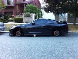 Encore une Nissan GT-R aux roues volées, cette fois à New-York