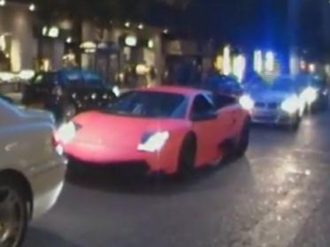 [Vidéo] Mauvaise idée : faire rugir un V12 de 670 chevaux en Lamborghini rose juste devant une voiture de police