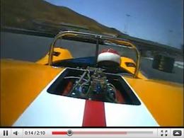 Une McLaren M6B lancée sur le circuit d'Infineon : un véritable symphonie en V8 majeur