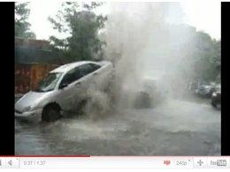 Montreal : un geyser fou envoie en l'air une Ford Focus
