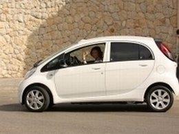 La Reine Sofia d'Espagne au volant de la  Peugeot iOn électrique