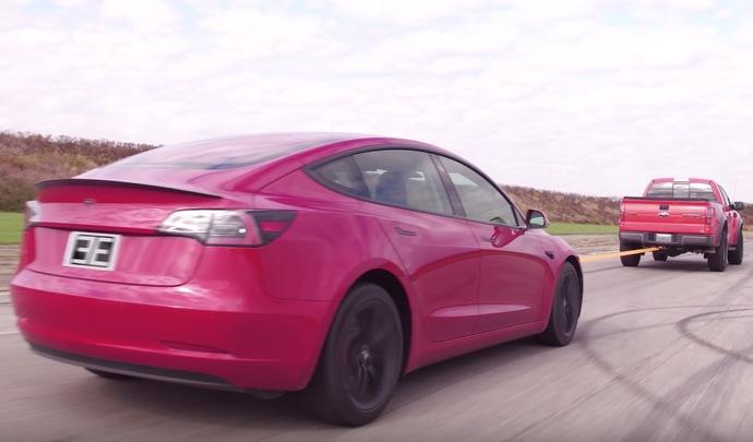 Une Tesla Model 3 rechargée par un pick-up la tractant