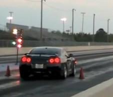 Vidéo : Et hop un moteur de Nissan GTR dans le sac !