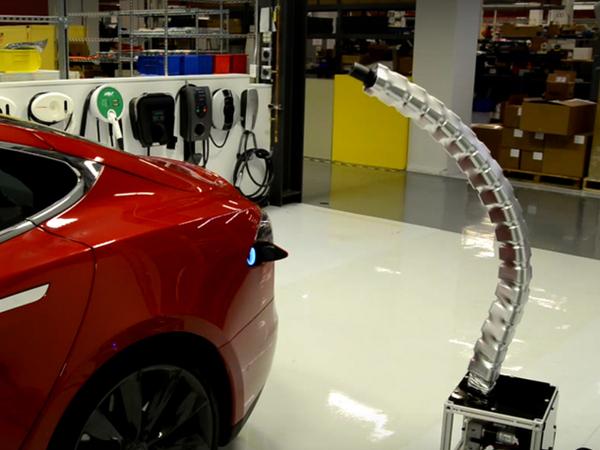 Tesla dévoile un incroyable prototype de charge en forme de serpent
