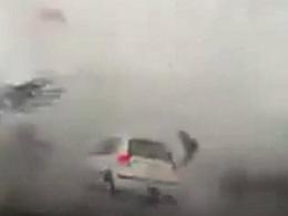 Vidéo : voiture vs typhon