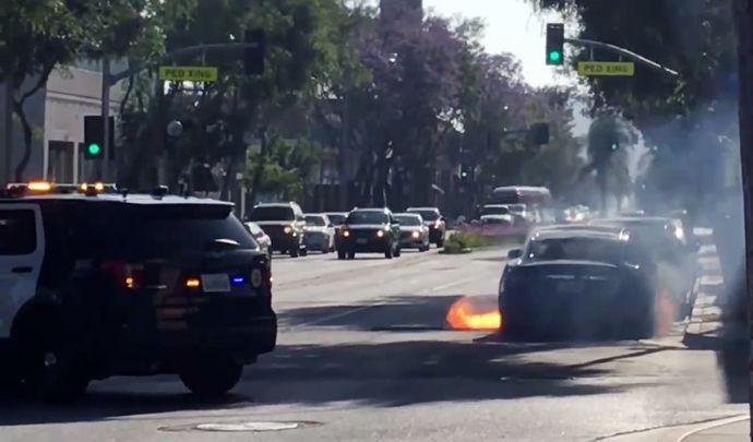 Une Tesla Model S en feu au milieu de Los Angeles