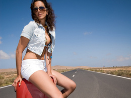 Etude sérieuse : les conducteurs masculins acceptent plus facilement de prendre une auto-stoppeuse si elle a une forte poitrine