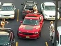 [Vidéo]: Combien faut-il de femmes pour sortir une Charger d'un parking ?