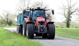 L'été, attention aux tracteurs sur la route
