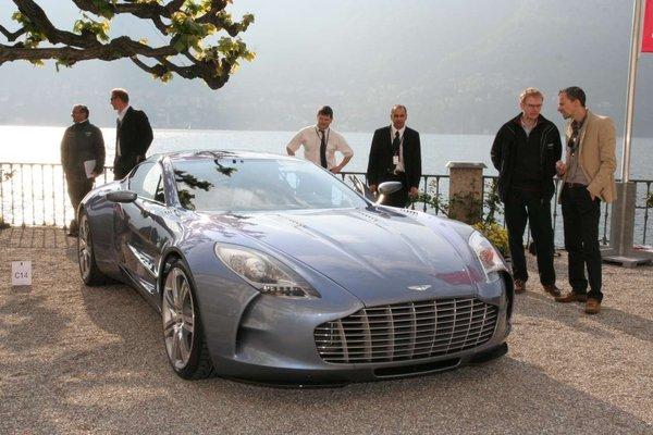 L'Aston Martin One-77 se découvre sur les bords du lac de Côme