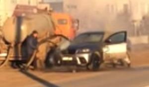 Un camion d'assainissement utilisé pour éteindre l'incendie d'un BMW X6